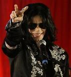 <p>Foto de archivo del fallecido cantante Michael Jackson durante una conferencia de prensa en la arena O2 de Londres, mar 5 2009. Un concierto en honor a Michael Jackson que fue cancelado en Viena y trasladada a Londres cuando los principales artistas se retiraron del evento, fue cancelado tras el cierre de la empresa que organizaba el espectáculo, dijo el viernes el liquidador de la compañía. REUTERS/Stefan Wermuth/Files</p>