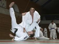 <p>Russia's Prime Minister Vladimir Putin (top) attends a judo training session at Top Athletic School in St. Petersburg December 18, 2009. REUTERS/Ria Novosti/Pool/Alexei Druzhinin</p>