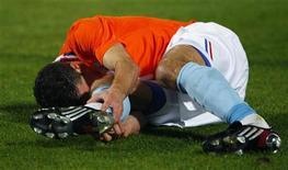 """<p>Нападающий сборной Нидерландов Робин ван Перси держится за ногу после получения травмы в товарищеском матче со командой Италии в Пескаре 14 ноября 2009 года. Травмированный голландский нападающий лондонского """"Арсенала"""" Робин ван Перси надеется набрать форму к чемпионату мира 2010 года в ЮАР, а его клуб полагает, что он не сможет выйти на поле раньше мая. REUTERS/Max Rossi</p>"""