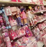 <p>Un magasin de jouets italien a ouvert ses portes à quatre heures du matin le jour de Noël pour aider une mère de famille dont les cadeaux avaient été volés. Après avoir couché ses deux filles jeudi soir, la femme s'est aperçue que la cave de son immeuble où elle avait caché les cadeaux avait été cambriolée. /Photo d'archives/REUTERS</p>