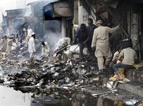 """<p>Владельцы магазинов обследуют разрушенные взрывом строения в Карачи 29 декабря 2009 года. Пакистанское движение """"Талибан"""" взяло на себя ответственность за взрыв смертника в Карачи, унесший жизни 43 человек, и угрожает новыми взрывами. REUTERS/Akhtar Soomro</p>"""