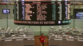 <p>Торговый зал фондовой биржи в Гонконге 3 июля 2009 года. Алюминиевый гигант Русал разместит акции в диапазоне 9,10-12,50 гонконгских доллара за акцию в рамках IPO в Гонконге и Париже, следует из объявления компании на сайте биржи Гонконга. REUTERS/Bobby Yip</p>