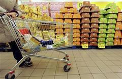 <p>Panettoni e pandori in un supermercato. REUTERS/Alessandro Bianchi</p>