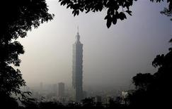 <p>The Taipei 101 building is seen in hazy weather January 4, 2010. Outdone by an tower extending over 800 metres in Dubai, the world's former tallest building, Taipei 101, wants to become the highest green structure by completing a checklist of clean energy standards, a spokesman said on Monday. REUTERS/Pichi Chuang</p>
