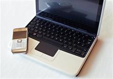 <p>Un cellulare e un netbook di Nokia. REUTERS/Bob Strong</p>