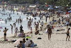 <p>Hundreds of tourists visit Dadonghai beach in Sanya, Hainan province January 6, 2010. REUTERS/China Daily</p>