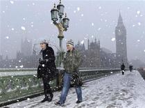 <p>Personas cruzan el puente Westminster durante una tormenta de nieve en Londres, 6 ene 2010. Atrapados por la nieve y el duro clima invernal, los británicos han estado acudiendo a un sitio de internet para tener relaciones extra matrimoniales. IllicitEncounters.com, que ofrece una plataforma para que personas casadas lleven a cabo sus infidelidades, reportó el miércoles un aumento inesperado de los visitantes durante las últimas 24 horas y dijo que recibió un número récord de nuevos perfiles en la mañana del miércoles. REUTERS/Jas Lehal</p>