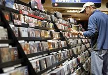 <p>Les ventes de disques aux Etats-Unis ont reculé en 2009 pour la huitième fois en neuf ans alors que la hausse des téléchargements sur les plates-formes légales a marqué un net ralentissement. /Photo d'archives/REUTERS/Shannon Stapleton</p>