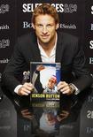 """<p>O campeão da Fórmula 1 Jenson Button posa para foto durante sessão de autógrafos de seu livro """"Meu ano de campeonato"""" em Londres, no dia 19 de novembro de 2009. Button disse nesta sexta-feira estar mais motivado do que nunca para começar sua temporada na McLaren. (Foto Arquivo Reuters) REUTERS/Luke MacGregor</p>"""
