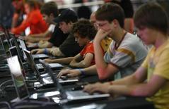 <p>Visitatori intenti a giocare al computer. La fiera di giochi su computer, una delle più importanti al mondo, è organizzata a Lipsia ogni anno a fine luglio. REUTERS/Fabrizio Bensch</p>