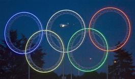 <p>Олимпийские кольца на дороге, ведущей к Международному аэропорту Ванкувера 5 марта 2009 года. В то время как до начала Олимпийских игр остался лишь месяц, в Ванкувер пришла теплая весенняя погода и проливные дожди. REUTERS/Andy Clark</p>