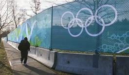 <p>O Comitê Olímpico Internacional (COI) pode fechar seu 10o contrato de patrocínio a tempo para os Jogos Olímpicos de Inverno de Vancouver, que começam no próximo mês, disse o comissário de marketing do COI Gerhard Heiberg nesta terça-feira. A foto arquivo mostra corredor em frente a campo esportivo em British Columbia, Vancouver no dia 6 de janeiro. REUTERS/Andy Clark</p>