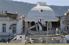 <p>Un soldado observa las ruinas del palacio presidencial tras un sismo en Haití, ene 13 2010. Los desesperados haitianos convertían el jueves las calles cubiertas de escombros y los parques en hospitales improvisados y campamentos de refugiados ante la ausencia de una respuesta visible de las autoridades tras el terremoto del martes. REUTERS/Eduardo Munoz</p>