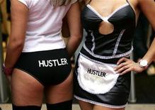 <p>Модели позируют в нижнем белье на открытии первого секс-шопа Hustler Hollywood в Бирмингема 29 октября 2004 года. Огромный телеэкран, установленный на оживленном перекрестке в центре Москвы для трансляции рекламы, в четверг вечером неожиданно сменил репертуар, показав короткий, но энергичный порно-ролик. REUTERS/Darren Staples</p>