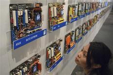 <p>Asustek, le premier fabricant mondial de cartes mères, compte accroître ses livraisons de 19% cette année grâce à la demande venue de Chine et d'Europe. /Photo d'archives/REUTERS</p>