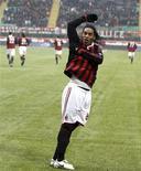 <p>O jogador do Milan Ronaldinho Gaúcho comemora depois de marcar um gol na partida contra o Siena pelo Campeonato Italiano, no estádio de San Siro em Milão, 17 de janeiro de 2010. REUTERS/Stefano Rellandini</p>
