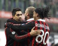 <p>Marco Borriello (esq.) comemora com Ronaldinho e David Beckham após marcar gol contra o Siena. REUTERS/Stefano Rellandini</p>