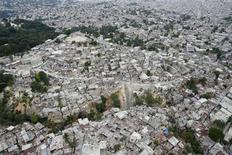 <p>Фото с воздуха, на котором показаны вызванные землетрясением разрушения в столице Гаити городе Порт-о-Пренс 17 января 2010 года. Землетрясение силой 6,1 балла по шкале Рихтера произошло на Гаити, лежащем в руинах после прошлого удара стихии, сообщила Геологическая служба США. REUTERS/Hans Deryk</p>