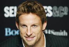<p>O campeão mundial de Fórmula 1 Jenson Button posa para foto durante uma sessão de autógrafos em Londres, nesta foto de arquivo de 19 de novembro de 2009. REUTERS/Luke MacGregor</p>
