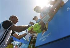 <p>Russia's Nikolay Davydenko signs autographs after winning against Illya Marchenko of Ukraine at the Australian Open tennis tournament in Melbourne January 21, 2010. REUTERS/Tim Wimborne</p>