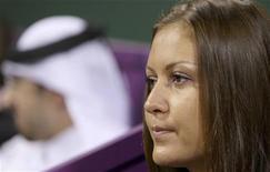 <p>Жена Николая Давыденко Ирина следит за его игрой против испанца Рафаэля Надаля в городе Доха 9 января 2010 года. Пока Николай Давыденко продолжает подниматься в рейтинге теннисистов, его жена Ирина не хочет заводить детей опасаясь, что это отвлечет мужа от тенниса. REUTERS/Fadi Al-Assaad</p>