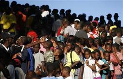 <p>Жертвы землетрясения на Гаити стоят в очереди в лагере беженцев в Порт-о-Пренсе, чтобы получить еду 21 января 2010 года. Американские певицы Бейонсе и Мадонна дадут старт сегодняшнему телемарафону по сбору денег для пострадавших от землетрясения на Гаити. REUTERS/Tomas Bravo</p>