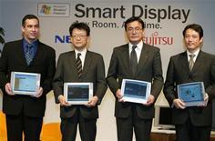 <p>Alti dirigenti di Microsoft, Nec, Fujitsu. Masami Yamamoto è il secondo da destra. Foto d'archivio. REUTERS/Kimimasa Mayama</p>
