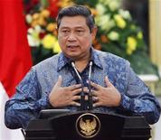 """<p>Президент Индонезии Сусило Бамбанг Юдойоно выступает с речью в президентском дворце в Джакарте 23 ноября 2009 года. Президент Индонезии Сусило Бамбанг Юдойоно, теряющий поддержку населения, нашел время, чтобы выпустить свой третий альбом песен под названием """"Я уверен, что сделаю это"""" (""""I'm Certain I'll Make It""""). REUTERS/Enny Nuraheni</p>"""