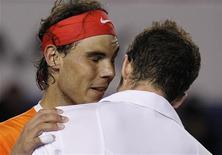 <p>26 gennaio 2010. Rafael Nadal e Andy Murray al termine della partita che ha visto lo spagnolo ritirarsi. Murray ora dovrà battere Marin Cilic per entrare in finale agli Australian Open. REUTERS/Mick Tsikas</p>