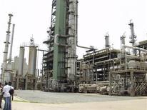 <p>Tema oil refinery near Ghana's capital Accra March 28, 2005. REUTERS/Yaw Bibini</p>
