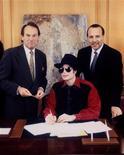 <p>Michael Jackson con alti dirigenti della Sony in una foto d'archivio. REUTERS/Ho New</p>