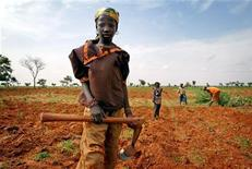 <p>A girl takes a break from tilling a field with her family in southern Niger, July 1, 2005. REUTERS/Finbarr O'Reilly</p>