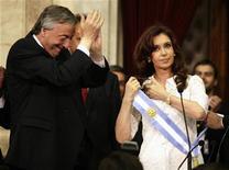 """<p>Нестор Киршнер передает президентскую ленту своей жене Кристине Фернандес де Киршнер в Буэнос-Айресе 10 декабря 2007 года. Президент Аргентины порекомендовала употреблять свинину вместо """"Виагры"""", добавив, что она провела замечательные выходные со своим мужем после свиного барбекю. REUTERS/Rickey Rogers</p>"""