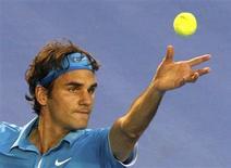 <p>Federer serve contra Tsonga pelo Aberto da Austrália. O tenista suíço Roger Federer teve um de seus melhores desempenhos nesta sexta-feira, demolindo o 10o colocado no ranking mundial, o francês Jo-Wilfried Tsonga, por 6-2, 6-3 e 6-2 para chegar à final do Aberto da Austrália.29/01/2010.REUTERS/Vivek Prakash</p>
