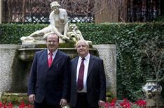 <p>Edward (izquierda en la imagen) y Michael O'Neill posan para una fotografía en Roma. Dos cineastas británicos creen haber resuelto un misterio que ha seducido a los arqueólogos durante siglos: la fuente del acueducto de hace 1.900 años que abastecía la antigua ciudad de Roma e incluso al Vaticano en sus orígenes. REUTERS/Max Rossi</p>