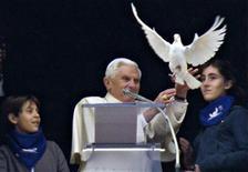 <p>Il Papa Benedetto XVI, affiancato da due bambini, libera in volo una colomba dopo l'Angelus in Vaticano, 31 gennaio 2010.REUTERS/Max Rossi</p>