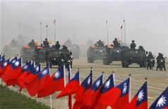 <p>Армия Тайваня проводит учения в городе Синьчжу 27 января 2010 года. Не удовлетворившись поставкой вооружений из США на $6,4 миллиарда на прошлой неделе, Тайвань заявил, что хочет больше американского оружия, и на этот раз - более современного. REUTERS/Nicky Loh</p>