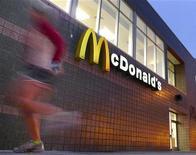 """<p>Le géant de la restauration rapide américaine McDonald's et le gouvernement italien se sont associés pour promouvoir un hamburger """"à l'italienne"""", à base de produits italiens d'appellation protégée. /Photo prise le 22 janvier 2010/REUTERS/Larry Downing</p>"""