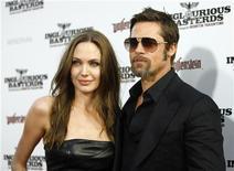"""<p>Foto arquivo mostra o casal Brad Pitt e Angelina Jolie na estreia de """"Bastardos Inglórios"""" no teatro chinês de Grauman's em Hollywood. O casal está processando o tablóide britânico News of the World por divulgar falsamente que pretendiam separar-se em pouco tempo. REUTERS/Mario Anzuoni 10/08/2009</p>"""