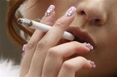<p>Donna che fuma in foto d'archivio. REUTERS/Yuriko Nakao</p>