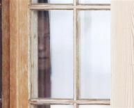 <p>Dicembre 2009.Roman Polanski guarda fuori attraverso le finestre della sua casa di Gstaad, Svizzera. REUTERS/Christian Hartmann</p>