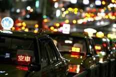 <p>Taxis are parked as drivers wait for customers on a road in Tokyo, August 3, 2009. REUTERS/Stringer</p>