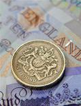 <p>Монета достоинством в один фунт лежит на купюре в Лондоне 17 июня 2008 года. Ни для кого не секрет, что люди боятся проигрывать деньги, а необычное исследование, данные которого были опубликованы в понедельник, объяснило почему: отдел головного мозга, отвечающий за чувство страха, контролирует тягу к азартным играм. REUTERS/Toby Melville</p>