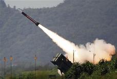 <p>Запуск ракеты Patriot американского производства на военных учениях в Тайване, 30 января 2010 года. США не считают, что их планы размещения систем противоракетной обороны (ПРО) в Европе являются существенным препятствием для подписания нового договора с Россией о сокращении стратегических наступательных вооружений (СНВ). REUTERS/Richard Chung</p>