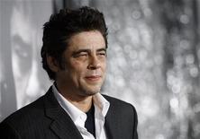 """<p>Ator Benicio Del Toro participa de estreia do filme """"O Lobisomem"""" no cinema ArcLight em Hollywood. REUTERS/Mario Anzuoni 09/02/2010</p>"""