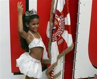 <p>Julia Lira, de siete años, posa para una fotografía como reina de la escuela de samba Viradouro en Río de Janeiro, feb 10 2010. La reina de Carnaval más joven de Río de Janeiro, de sólo 7 años, se prepara para compartir el protagonismo con las divas pop Madonna y Beyonce de cara a la mayor fiesta de Brasil esta semana. REUTERS/Luiza Barros</p>
