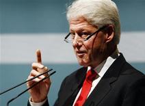 <p>Экс-президент США Билл Клинтон выступает на лекции в Севилье, Испания 5 ноября 2009 года. Бывший президент США Билл Клинтон покинул больницу после успешно перенесенной операции на сердце. REUTERS/Marcelo del Pozo</p>