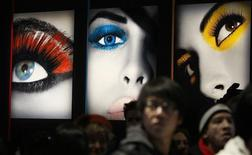 <p>Photographers wait to enter a show during New York Fashion Week in New York February 12, 2010. REUTERS/Carlo Allegri</p>
