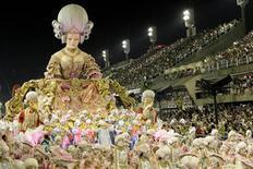 <p>La propuesta de la escuela de samba Porto da Pedra, participando de la segunda noche del Carnaval en Rio de Janeiro. Feb 15 2010. Una joven brasileña que fue acosada por sus compañeros y expulsada de la universidad por usar una minifalda tuvo una impensada reivindicación el lunes, al transformarse en estrella de la segunda jornada de los desfiles del Carnaval de Río. REUTERS/Sergio Moraes</p>