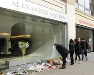 <p>Personas se detienen para mirar el tributo florar que se encuentra en la tienda del fallecido diseñador Alexander McQueen, en Nueva York. Feb 13 2010. El diseñador británico Alexander McQueen se ahorcó en el ropero de su casa del centro de Londres tras dejar una nota, según pudo saberse el miércoles de la investigación formal sobre su muerte. REUTERS/Stephen Chernin</p>